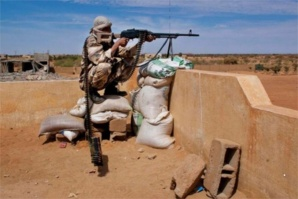Un combattant dans le désert malien. Crédits photos : Sources.