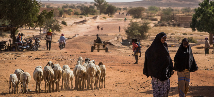 Des civils marchent sur une route dans la région de Tillaberi, à l'ouest du Niger. © UNICEF/Vincent Tremeau