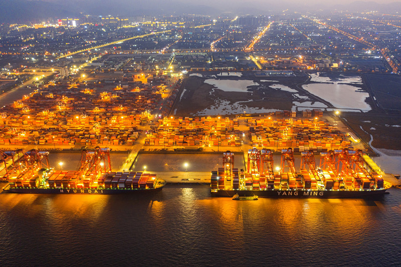 La photo prise le 2 janvier 2021 montre une scène animée dans la zone portuaire de Beilun du port de Ningbo-Zhoushan, dans la province du Zhejiang, à l'est de la Chine. (Photo de Yao Feng/People's Daily Online)