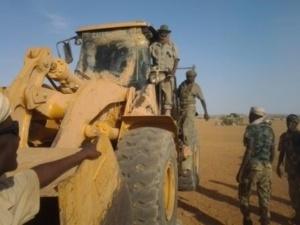 MALI. Une pelleteuse transformé en démineur par les soldats tchadiens. Crédits photos : Abdelnasser Gorboa/Journaliste tchadien