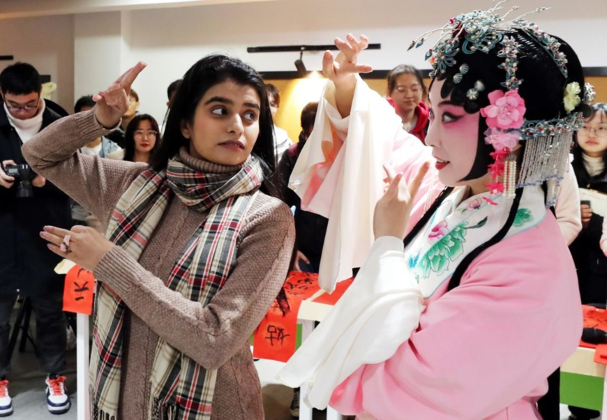 Photo shows a Pakistani student of the College of Textile and Clothing Engineering of Soochow University in Suzhou, east China's Jiangsu province, learning Kunqu Opera from Kunqu actress Lv Jia, Dec. 21, 2020. (Photo by Hua Xuegen/People's Daily Online)