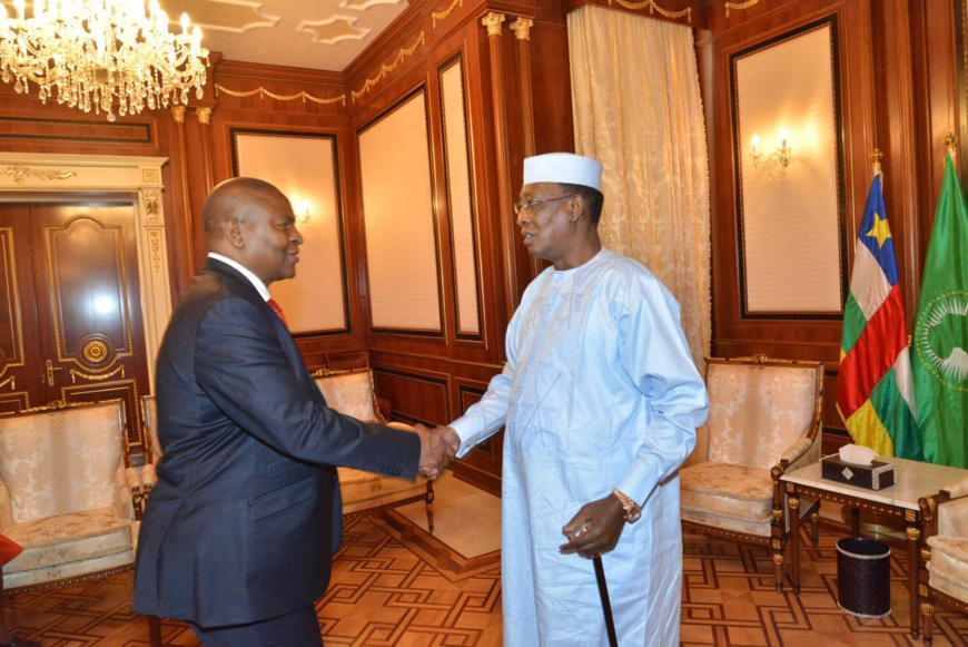 Une poignée de main entre le chef de l'Etat centrafricain Touadéra et son homologue tchadien Idriss Déby, le 29 juin 2017 au Palais présidentiel, à N'Djamena. © PR