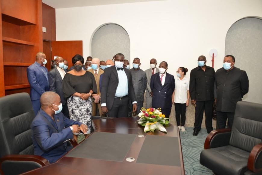 Denis Sassou N'Guesso visitant les locaux du Sénat.