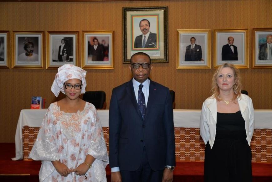 De gauche à droite : L'écrivaine Djaili Amadou Amal, l'ambassadeur André-Magnus Ekoumou et l'éditrice Emmanuelle Collas.