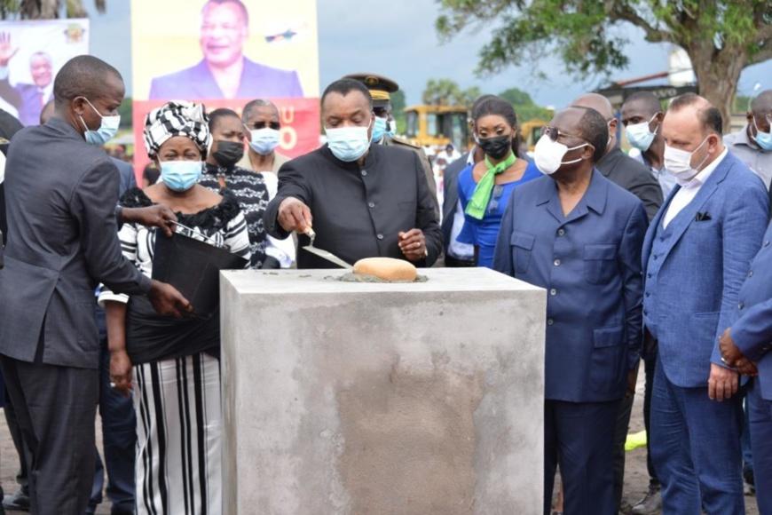 Denis Sassou N'Guesso posant la 1ère pierre de la centrale thermique à gaz à Djeno.