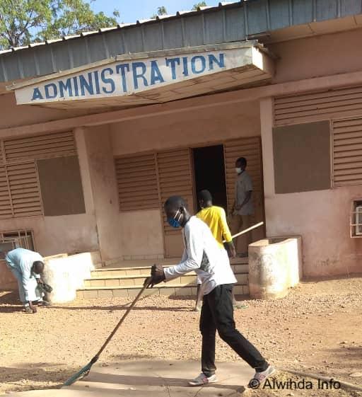 Tchad : des jeunes donnent un coup de balai au lycée de Mongo