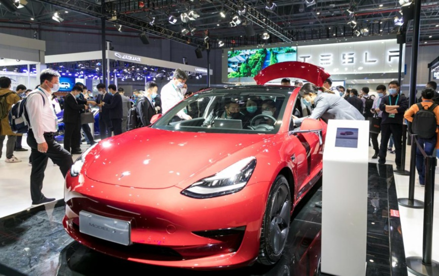Visitors are attracted to a Tesla Model 3 electric car exhibited at the automobile exhibition area of the third China International Import Expo held in east China's Shanghai, Nov. 6, 2020. (Photo by Zhai Huiyong/People's Daily Online)