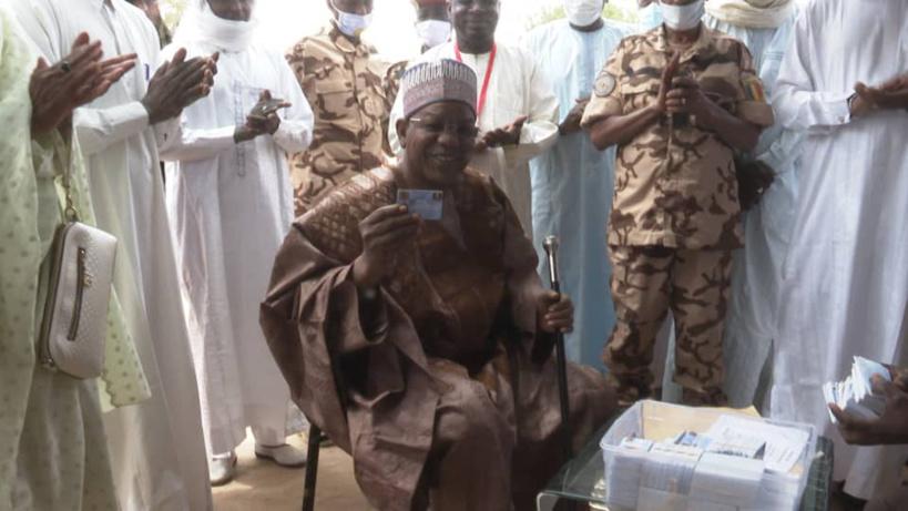 Tchad : le gouverneur du Ouaddaï retire sa carte d'électeur