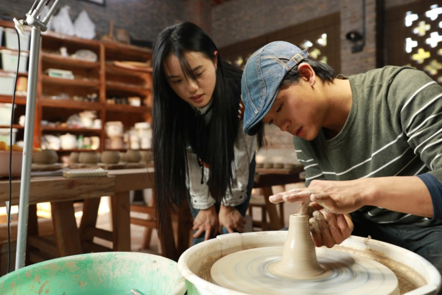 Guan Yongshuang, an inheritor of Rongchang pottery, works with his wife Li Yunshan in their studio located in Rongchang district, southwest China's Chongqing municipality. (Photo/Courtesy of Guan Yongshuang)
