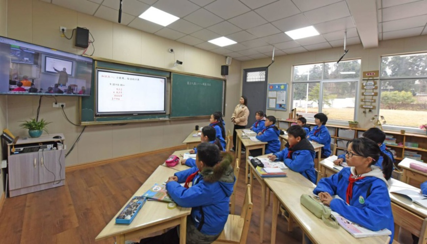 Photo taken on Dec. 23, 2020 shows students at Shiliang School in east China's Zhejiang province, Taizhou city take a livestream class. Photo by Wang Huabin/People's Daily Online