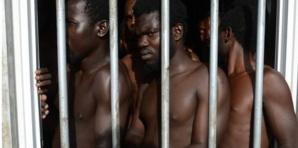 Des clandestins immigrés emprisonnés en Libye. Credits photos : Sources.