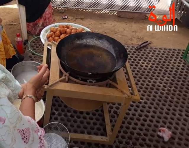 Préparation de beignets à N'Djamena. Illustration © Alwihda Info