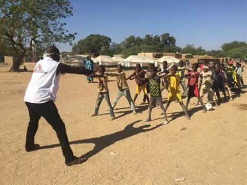 Sur le site des déplacés à Sokolo au centre du Mali, Daniel Dao, superviseur MSF, crée des exercices ludiques pour les enfants des familles déplacées affectés par la crise. © MSF
