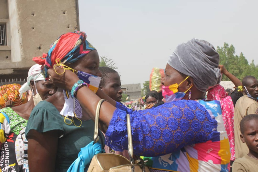 Une distribution de masque dans les rues de N'Djamena, en 2020. Illustration ©Ben Kadabio/Alwihda Info