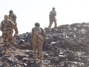 Les soldats tchadiens fouillent les montagnes des Ifoghas, en prenant les plus grands risques, sans consignes de sécurités.