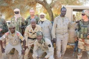Des équipes de soldats français toujours incorporés dans l'armée tchadienne, portant l'uniforme et l'écusson du Tchad. On aperçoit deux français. Crédits photos : Abdelnasser Gorboa