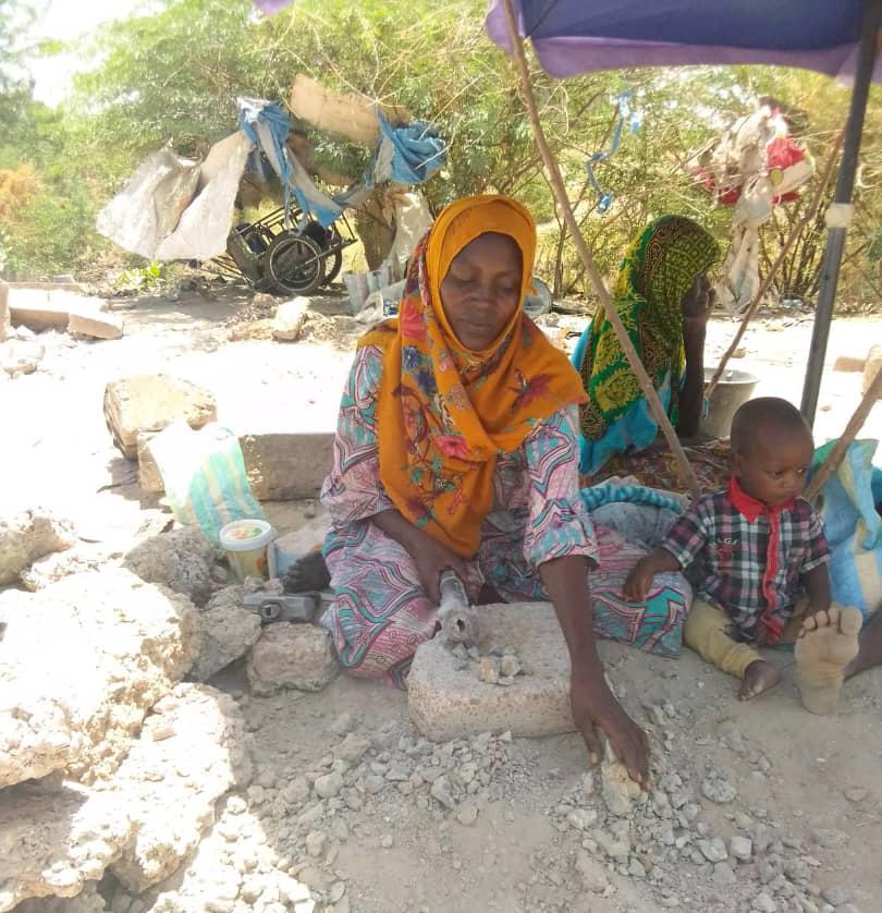 نساء يسترزقن بكسر الحجارة في حر الشمس الجائرة