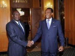 Michel Djotodia serrant la main d'Idriss Déby au Palais présidentiel lors d'un récent déplacement à N'Djamena. Crédits photos : presidencetchad.org