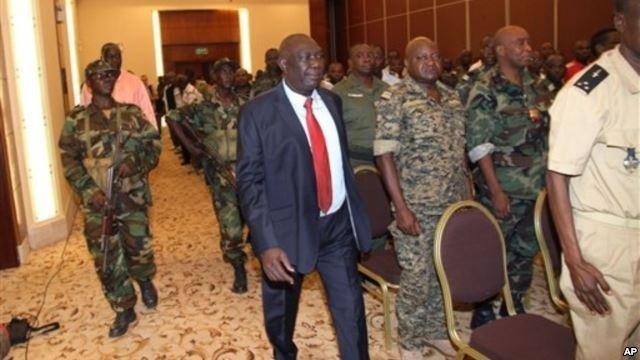 Michel Djotodia, center, rebel leader who declared himself president, arrives for meetings with government armed forces, Bangui, Central African Republic, March 28, 2013. Crédits photos : Reuters.