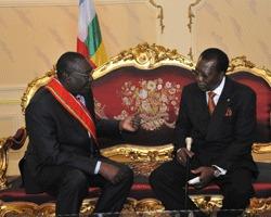 Le Chef de l'Etat, Idriss Déby a été accueilli à son arrivée à l'aéroport international de Bangui M'Poko par le Chef d'Etat centrafricain de transition Michel Djotodia Amnondroko qui avait à ses côtés pour la circonstance, l'ambassadeur extraordinaire et plénipotentiaire du Tchad auprès de la République centrafricaine, Mahamat Béchir Chérif. Crédits photo : Présidencetchad.org