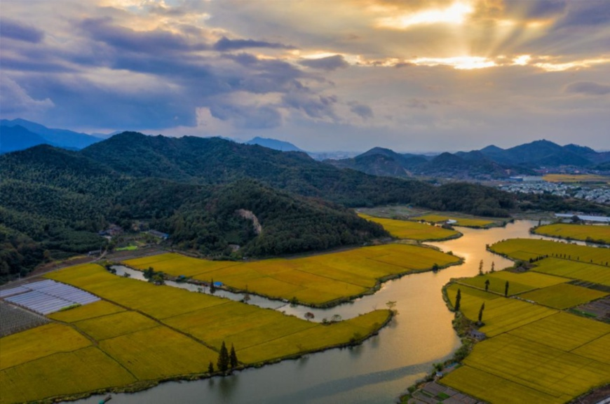 Photo shows the dramatic landscape of Dongqian Lake, Ningbo city, east China's Zhejiang province. Chengyang village is situated at the southernmost part of the lake. (Photo by Yin Fujun/People's Daily Online)