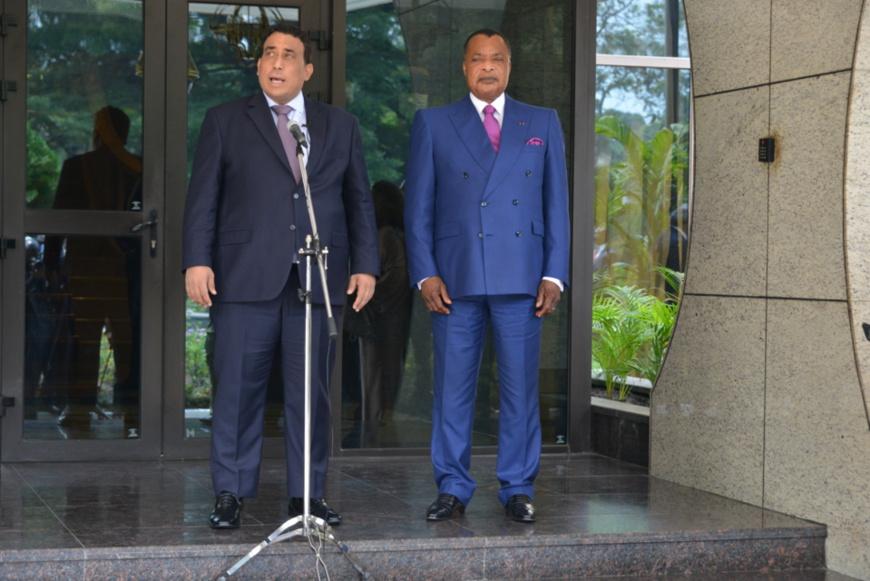 Le président Mohamed el-Menfi s'adressant à la presse