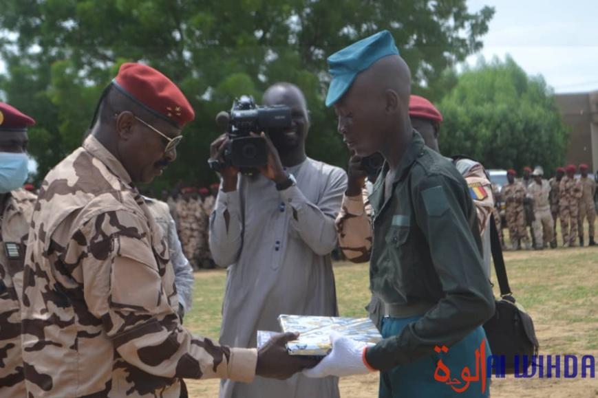 Le chef d'état major général des armées, le général de corps d'armée Abakar Abdelkerim Daoud, remet des cadeaux à un élève de l'École d'enfants de troupe. © B.I./Alwihda Info