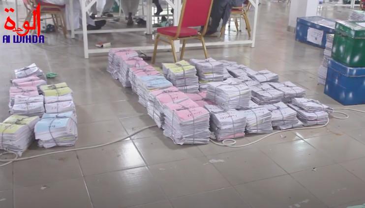 Des copies corrigées du baccalauréat 2020. Illustration © Alwihda Info