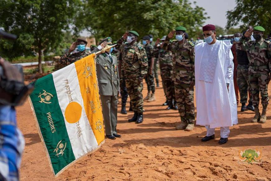 Le président du Niger Mohamed Bazoum auprès des troupes. Illustration © PR Niger