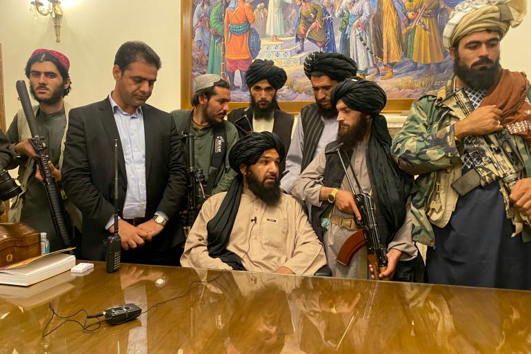 Des combattants talibans prennent le contrôle du palais présidentiel afghan après la fuite du président afghan Ashraf Ghani, à Kaboul, Afghanistan, dimanche 15 août 2021 [Zabi Karimi/ AP].