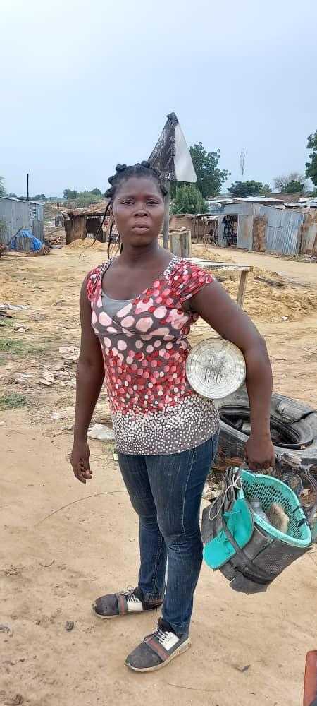 Tchad : Natacha, 20 ans, gagne sa vie avec la cordonnerie, après l'abandon de l'école. © Mahamat Issa Gadaya/Alwihda Info