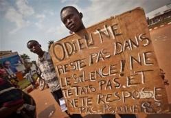 Un manifestant brandit une pancarte à Bangui. Crédit photo : Sources