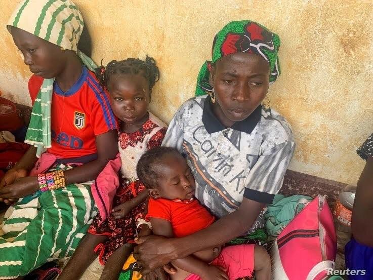 Une femme qui a fui la violente rébellion en République centrafricaine (RCA) attend le processus d'identification à Garoua Boulai. ©UNHCR
