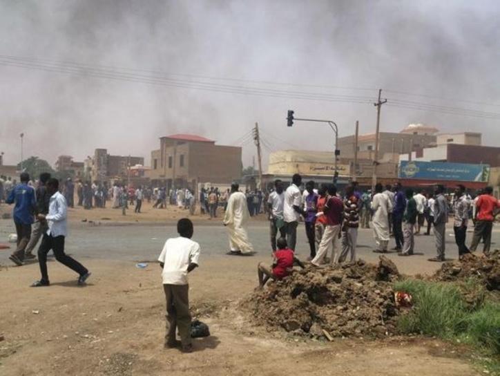 Des manifestants dans les rues de Khartoum. Crédit photo : Sources