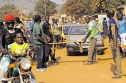 Des jeunes centrafricains montent des barrières. Crédit photo : Sources