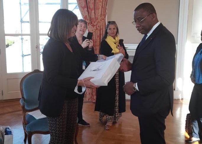 Échange de cadeaux entre l'ambassadeur et Mme Michèle Rubirola adjointe au maire de Marseille.
