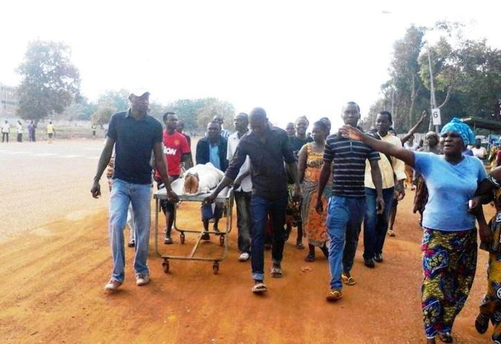 Des militaires et parents transportent le corps jusqu'à la Place du Défilé.