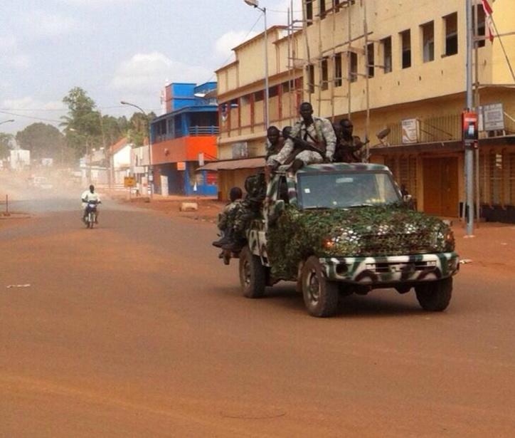 Des ex-Séléka patrouillent dans Bangui, ce matin. Crédit photo : Peggy Bruguière.