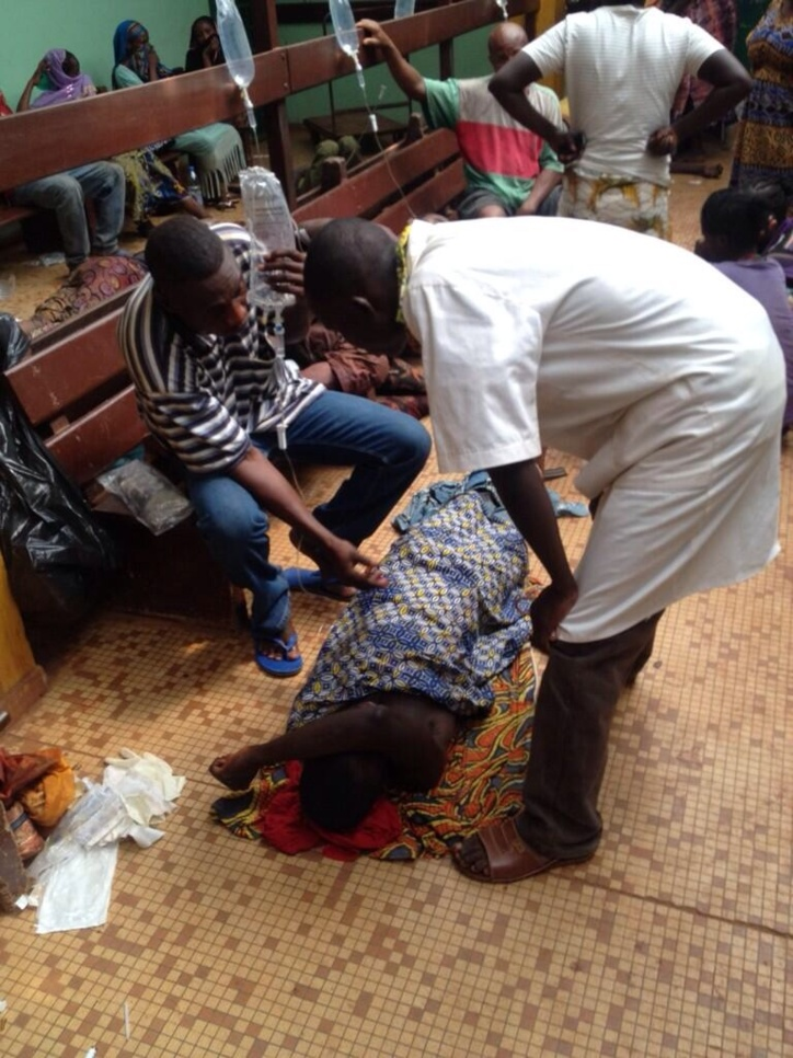 Une homme qui vient de décéder dans le principal hôpital de Bangui, après avoir été victime d'une attaque à la machette. Crédit photo : Tristan Redman