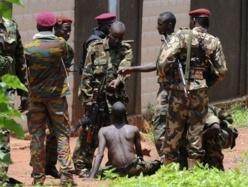 Un pilleur attrapé par des combattants de l'ex-Séléka lors de la prise de Bangui. Crédit photo : Sources