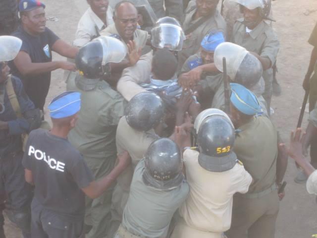 Djibouti : Quand le chef de la police frappe un homme menotté en public