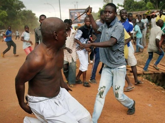 Bangui : Un chrétien poignarde un musulman devant une foule en furie. Centrafrique. Crédit photo : Sources