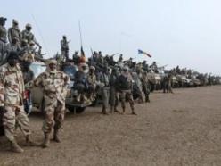Une ligne formée par plusieurs centaines d'éléments de l'armée tchadienne à Kidal, le 7 février 2013. REUTERS/Cheick Diouara