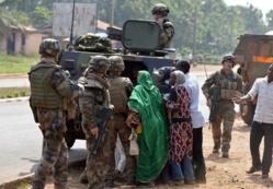 L'armée française et des musulmans tchadiens, à Bangui, le 28 décembre. MIGUEL MEDINA / AFP