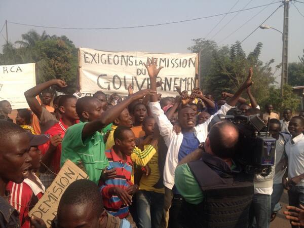 Des manifestants à Bangui demandent la démission de Djotodia et du gouvernement. Crédit photo : Tristan Redman, correspondant Al Jazeera.