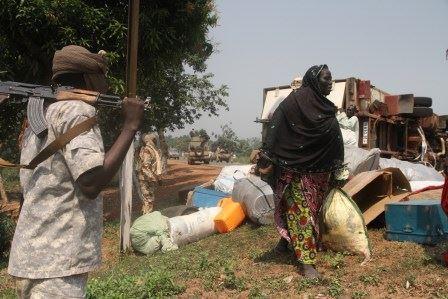 Une femme emporte des affaires qu'elle a pu récupérer. © Diaspora Media