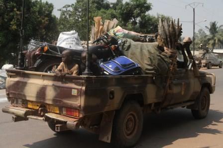 Un Pick-up de l'armée tchadienne à l'arrêt pour dissuader les pilleurs. © Diaspora Media