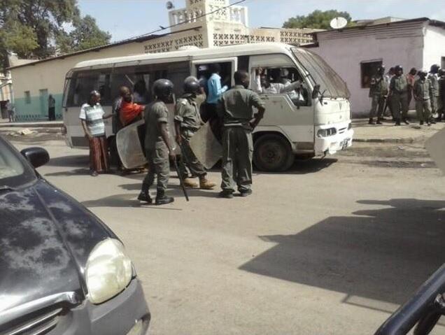 Photo des leaders de l'USN en train de se faire embarquer dans un bus par la police. Crédit : Djibouti MRD