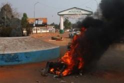 Le corps d'un musulman tchadien qui vient d'être brûlé au rond-point des Nations-Unis, quartier Sango, par des jeunes en colère. © Diaspora Media