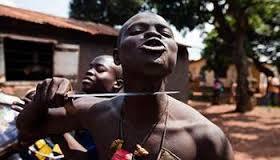 Un anti-balaka menace d'égorger tous les musulmans, à Bangui. Crédit photo : Sources